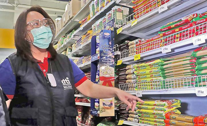 UNDERSECRETARY Ruth B. Castelo, head of the Department of Trade and Industry Consumer Protection Group, checks grocery items in Cubao, Quezon City, on Tuesday. The DTI inspection was meant to ensure that prices of basic commodities remain stable, even as government statisticians reported that continuing weak demand had resulted in disappointing growth data for the third quarter. (Photo from BusinessMirror)